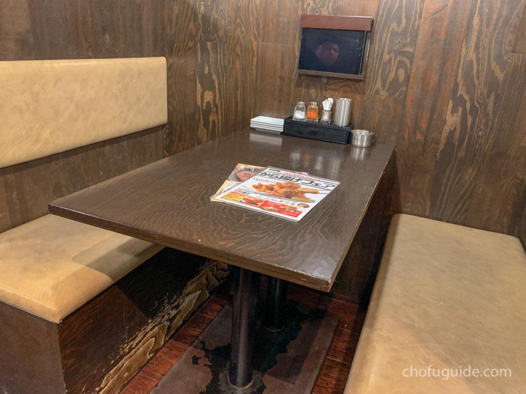 カウンターだけでなくボックス席も