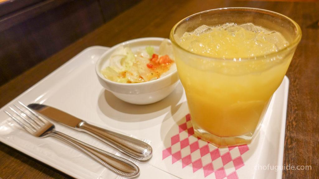 オレンジジュースとサラダ付き