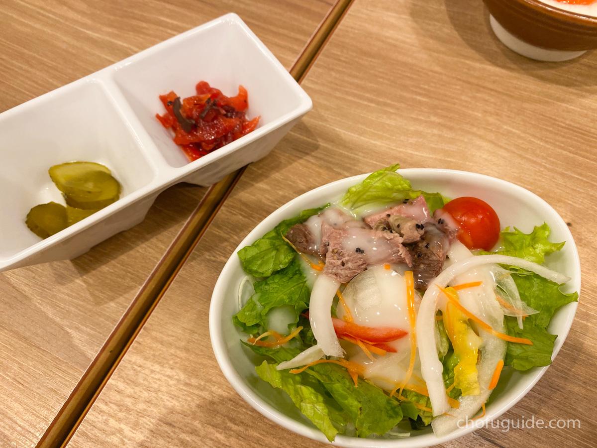 サラダとテールスープ付きの定食