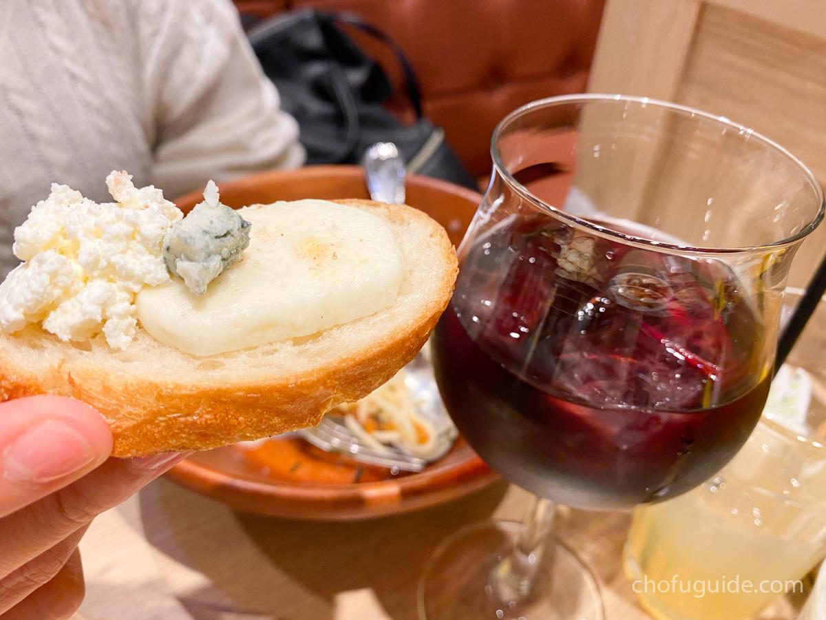 パンに乗せたチーズがサングリアと合う