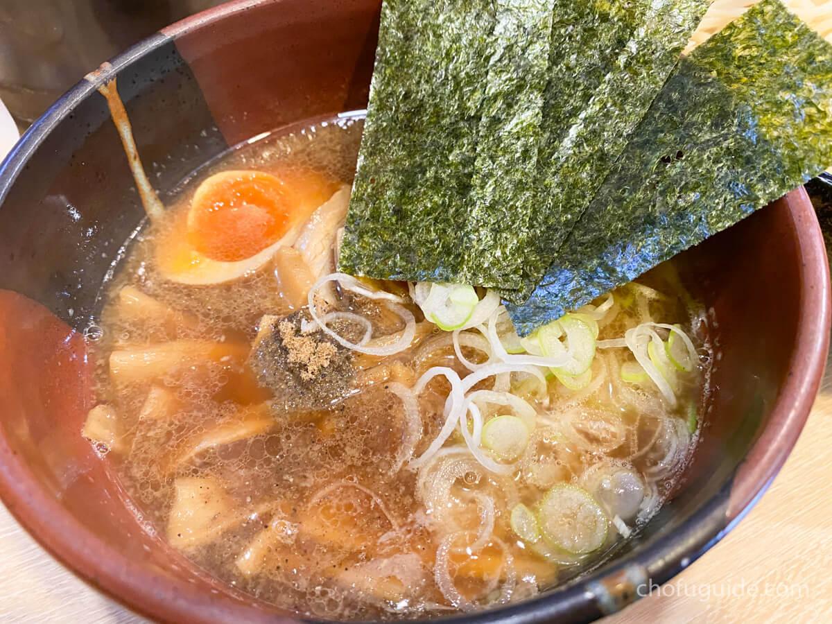 魚粉の乗った醤油スープ