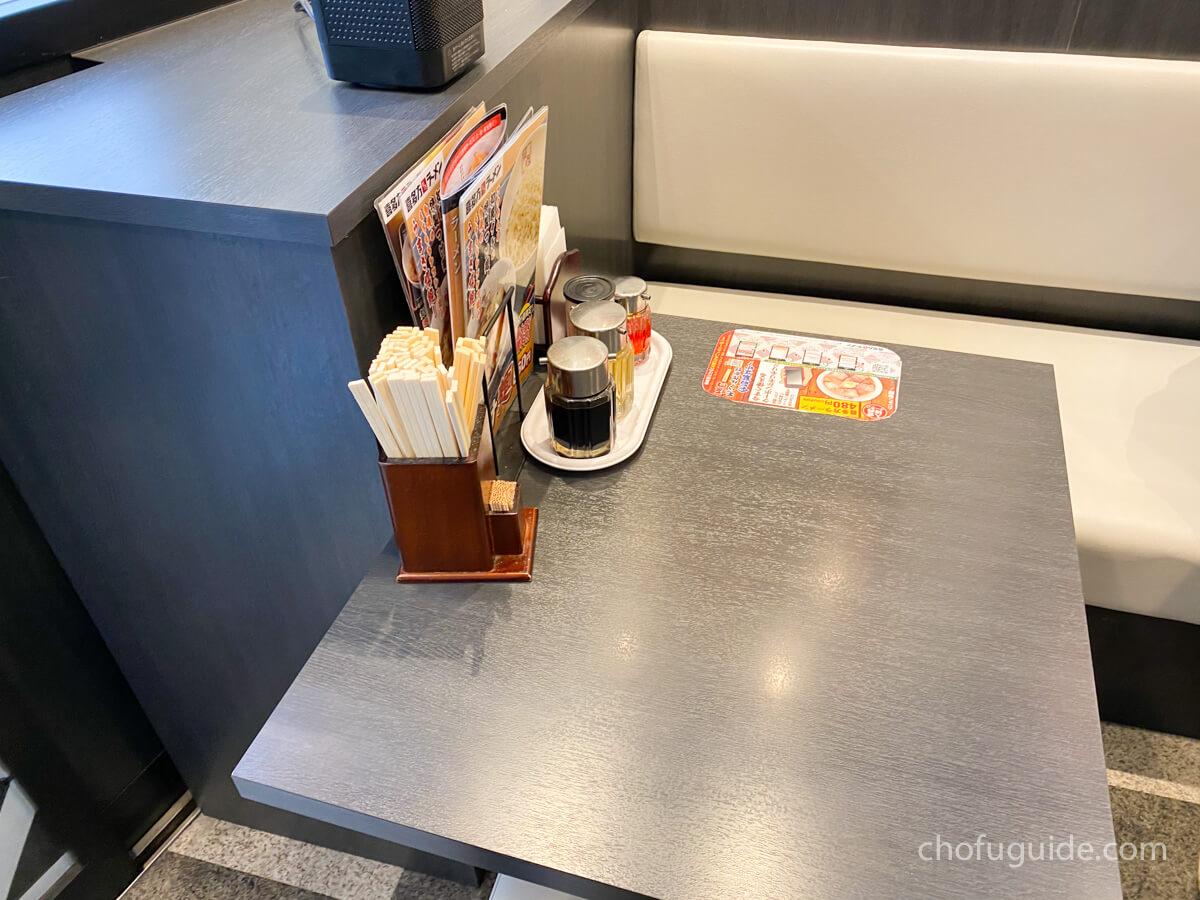 『喜多方ラーメン 坂内 調布店』のテーブル