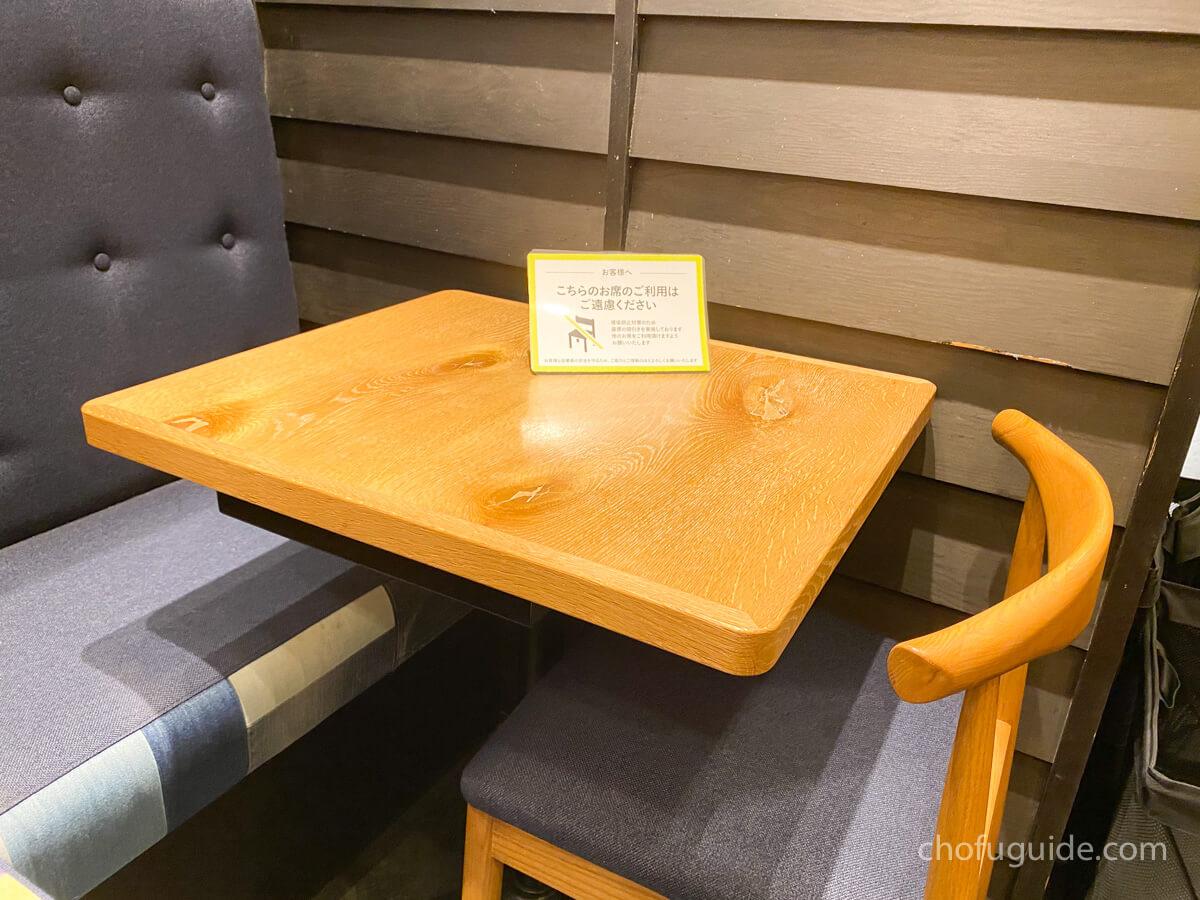 新型コロナウイルス対策で席の間隔は空いている
