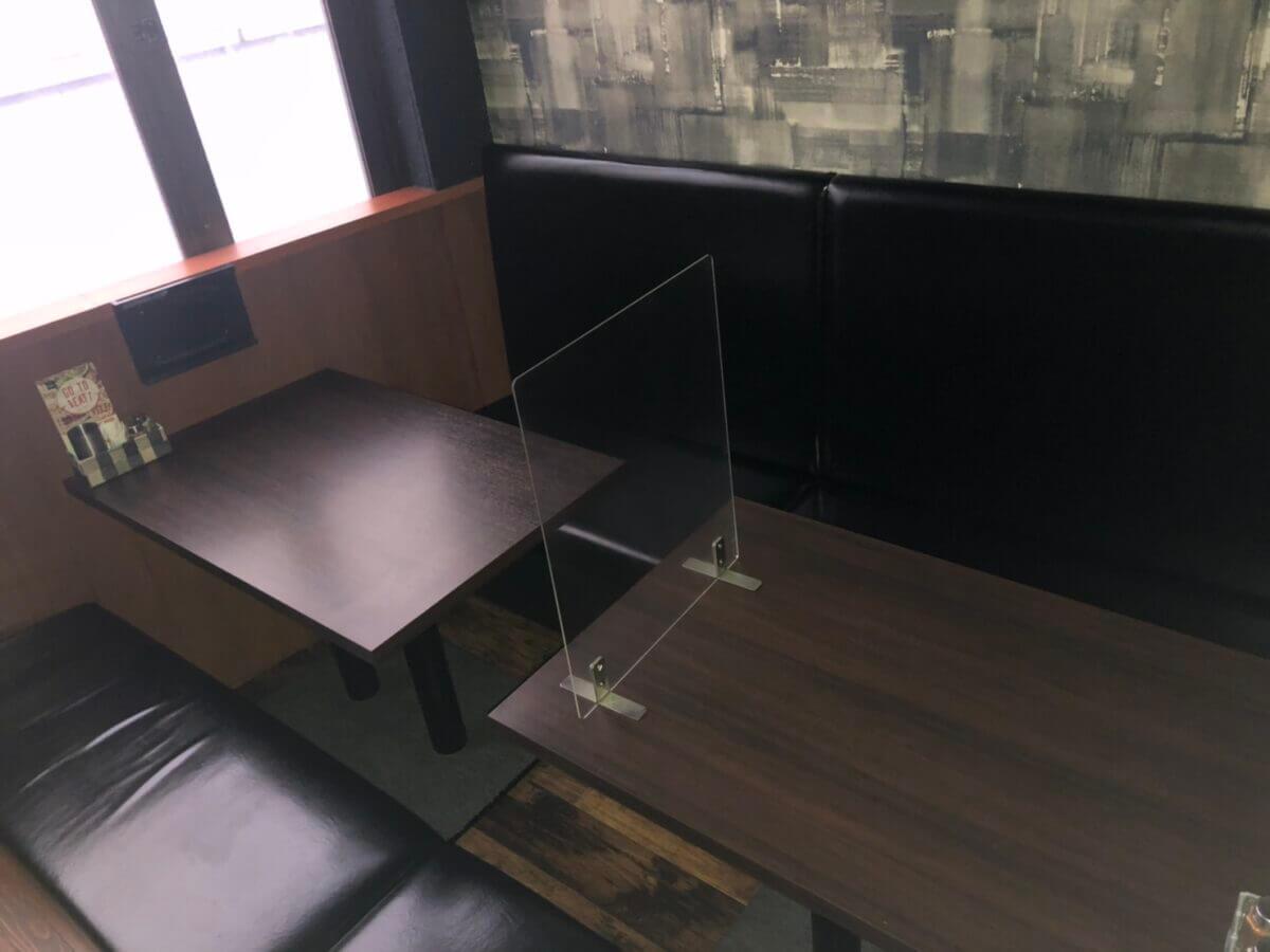 『やきとり家すみれ』調布駅前店のテーブル席